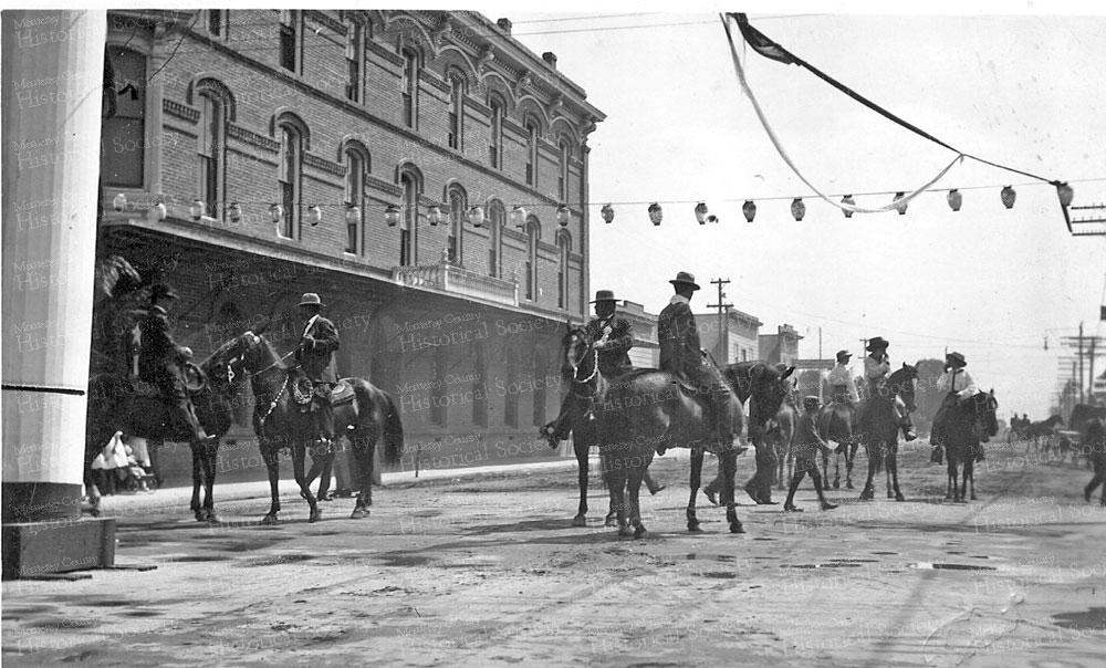 84-horse-parade