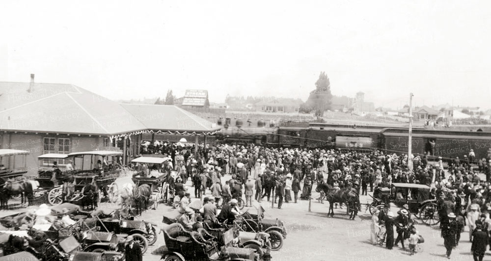 9311-crowd-train-big-week